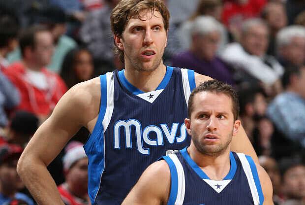 JJ Barea y Dirk Nowitzki con la camiseta de Dallas Mavericks