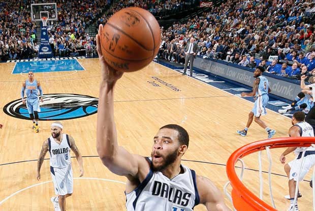 JaVale McGee hace un mate con Dallas Mavericks