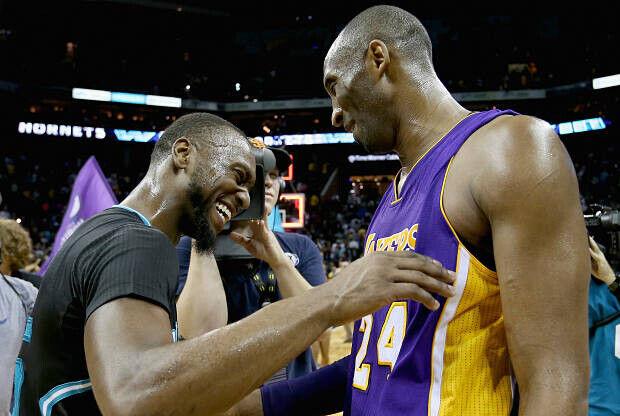 Kemba Walker y Kobe Bryant se saludan