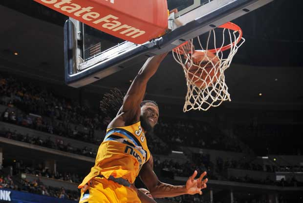 Kenneth Faried se cuelga del aro