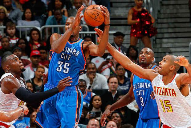 Kevin Durant en duelo ante Atlanta Hawks
