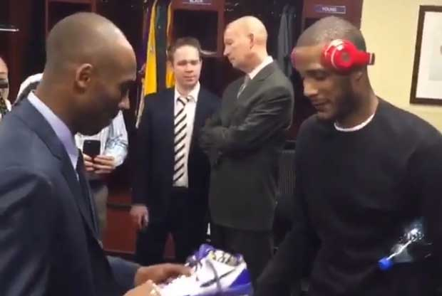Kobe Bryant le firma a Trevor Ariza unas zapatillas