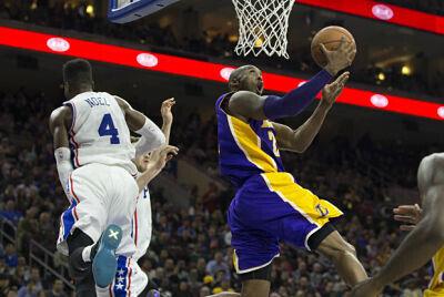 Kobe Bryant salta hacia el aro