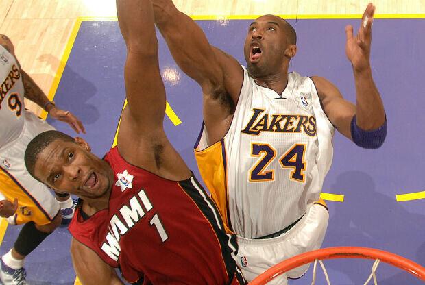 Chris Bopsh y Kobe Bryant luchan por un rebote