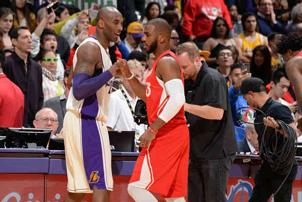 Kobe Bryant y Chris Paul se sa saludan