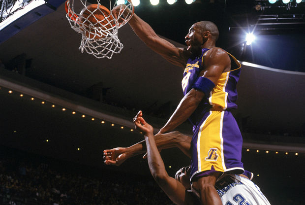 Kobe Bryant machaca sobre Dwight Howard