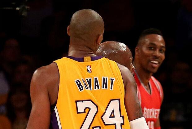 Kobe Bryant y Dwight Howard se encaran