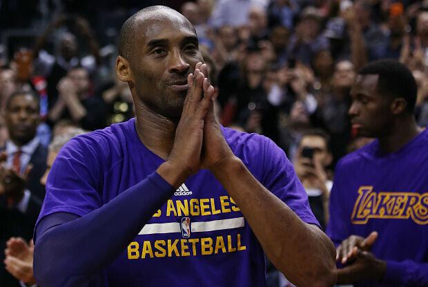 Kobe Bryant agradece al público una ovación