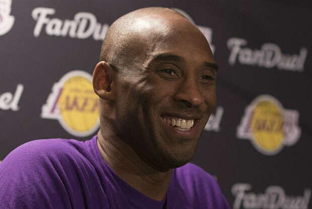 Kobe Bryant sonríe ante los medios de prensa