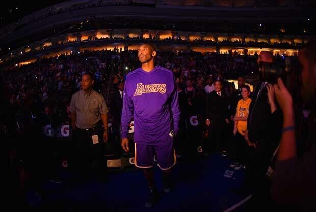 Kobe Bryant antes del partido ante Philadelphia 76ers