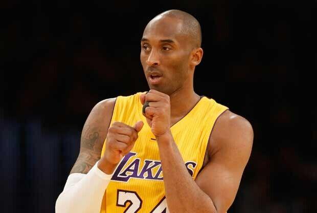 Kobe Bryant se calienta las manos