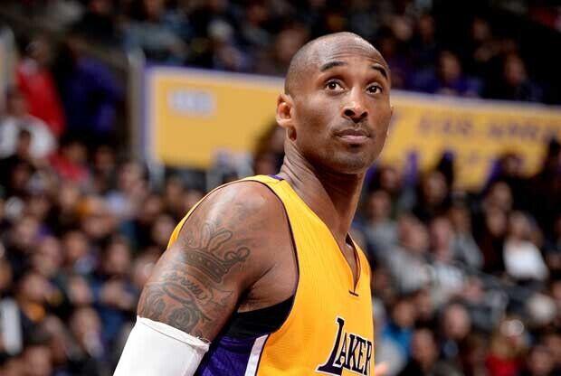 Kobe Bryant mira al frente con cara de extrañado