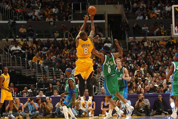 Kobe Bryant  se eleva por encima de un defensor de Dallas Mavericks