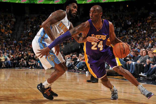 Kobe Bryant se va hacia el aro