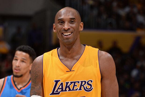 Kobe Bryant riéndose durante un partido