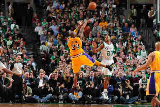 Kobe Bryant tirando ante Ray Allen