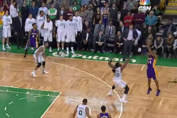 Kobe Bryant lanzando un triple