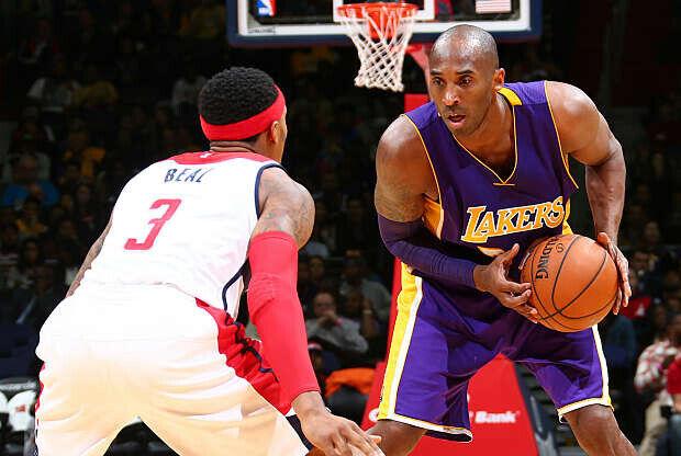 Kobe Bryant en su cara a cara con Bradley Beal