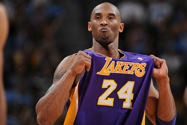Kobe Bryant celebra una acción