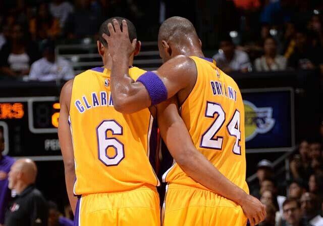 Kobe Bryant abraza a Jordan Clarkson