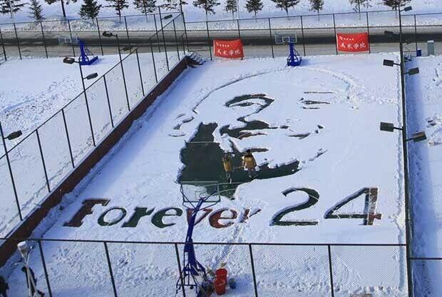 Estudiantes chinos homenajean a Kobe Bryant en la nieve