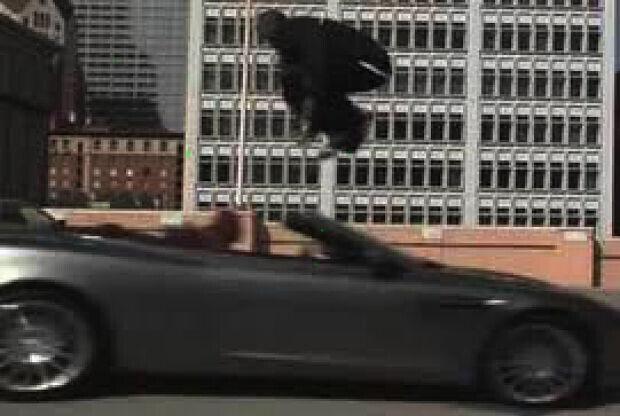 Kobe Bryant saltando un coche