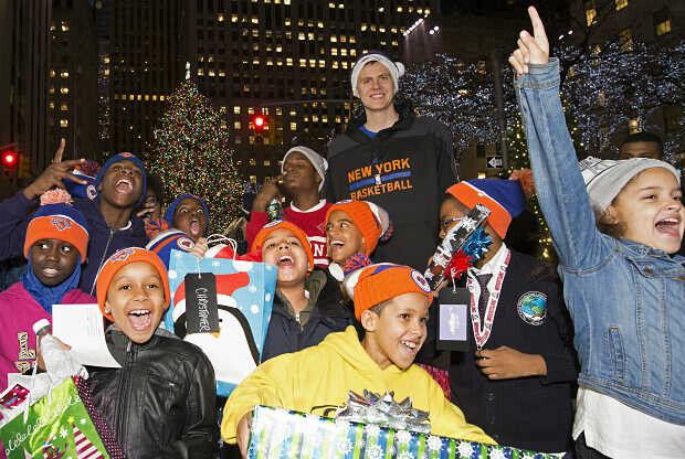 Kristaps Porzingis con unos fans de los Knicks