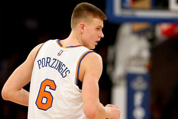 Kristaps Porzingis vistiendo el uniforme de New York Knicks