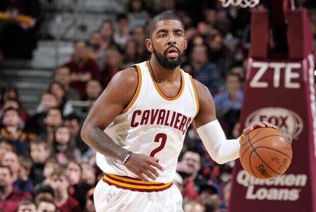 Kyrie Irving sube el balón en un ataque de Cleveland Cavaliers
