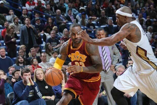 LeBron James, defendido por un jugador de New Orleans Pelicans