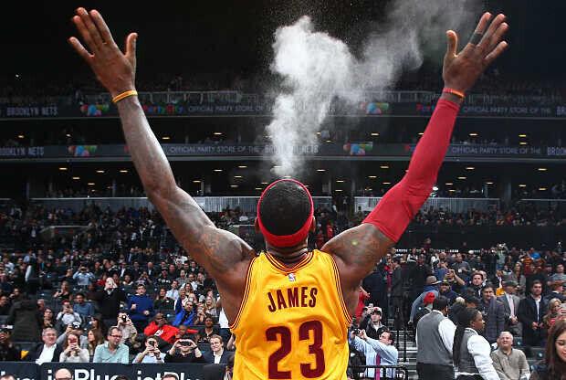 LeBron James lleva a cabo su ritual previo a los partidos