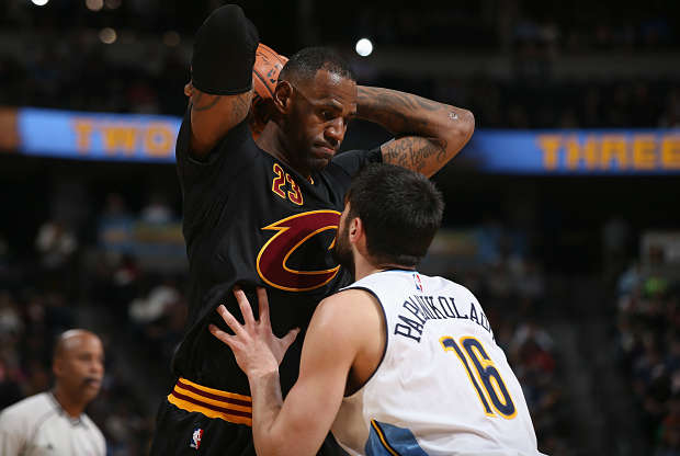 LeBron James jugando contra Denver Nuggets