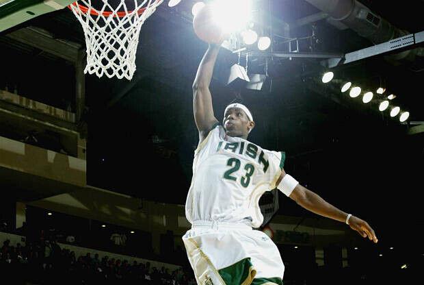 LeBron James vuela hacia el aro