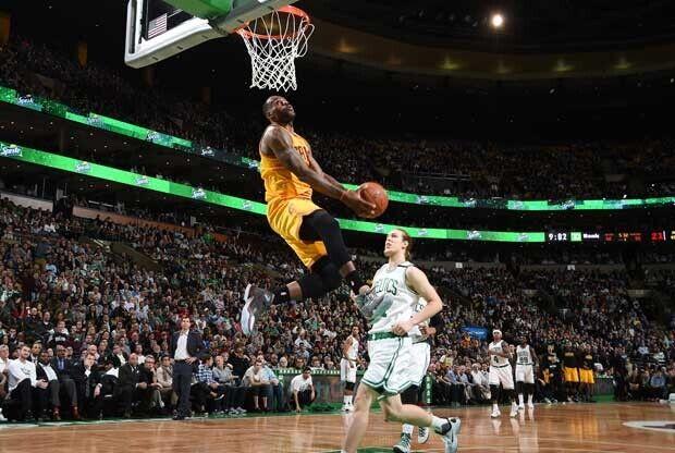 LeBron James salta para hacer un mate