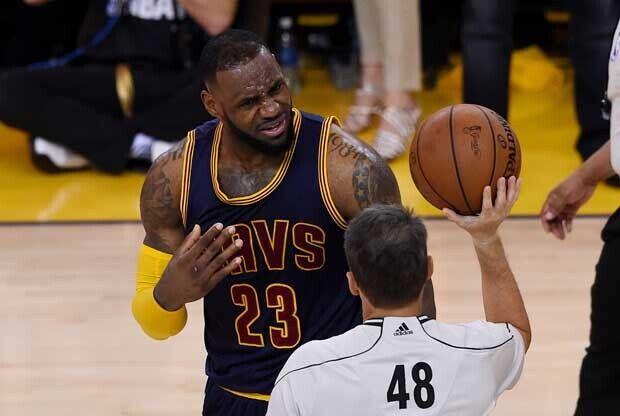 LeBron James protesta a un árbitro