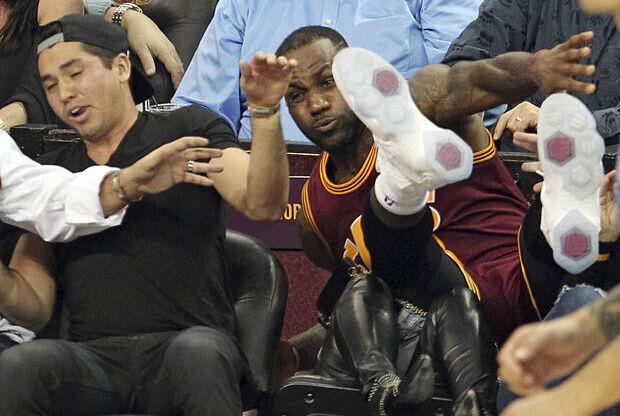 LeBron James cae sobre el público