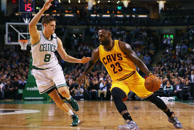 LeBron James en partido ante Boston Celtics