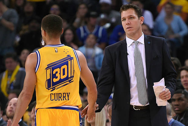 Luke Walton saluda a Stephen Curry