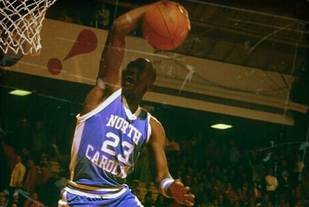 Michael Jordan se cuelga del aro