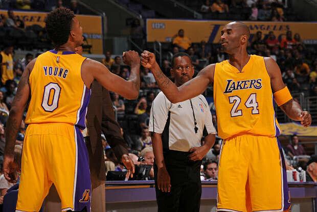 Nick Young y Kobe Bryant se saludan