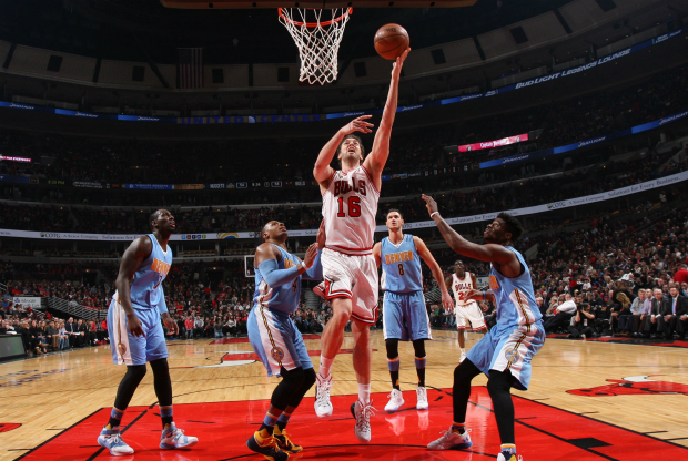 Pau Gasol anotando ante Denver Nuggets