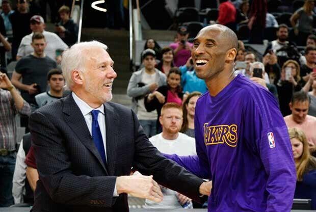 Gregg Popovich y Kobe Bryant hablando antes de un partido