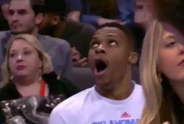 Russell Westbrook bosteza en pleno partido