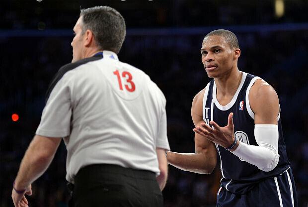 Russell Westbrook protesta a un árbitro