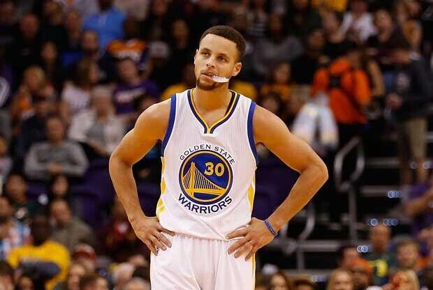 Stephen Curry, con el gesto torcido