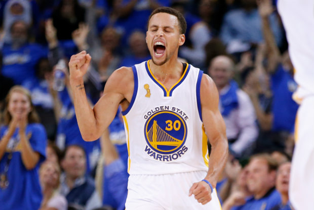 Stephen Curry celebrando una canasta