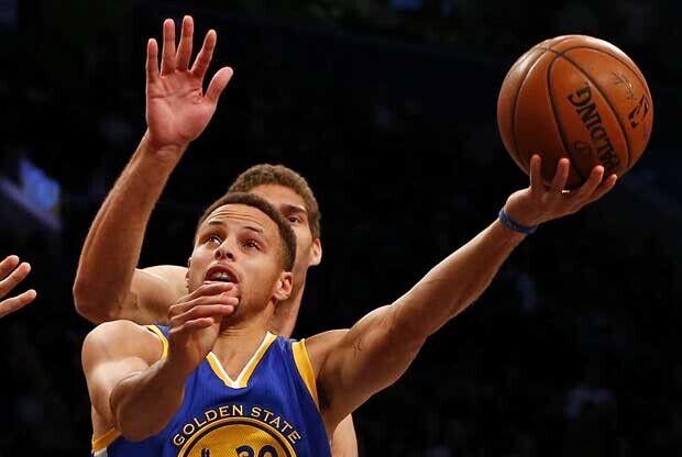 Stephen Curry entra a canasta