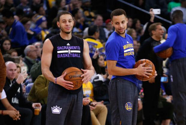 Stephen y Seth Curry hablan antes de un partido de la NBA
