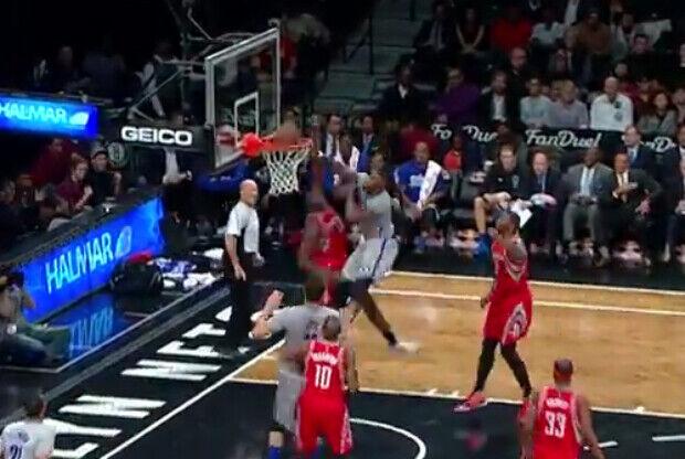 Thomas Robinson haciendo un mate con Brooklyn Nets