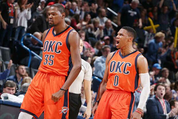 Kevin Durant y Russell Westbrook celebran una acción durante un partido